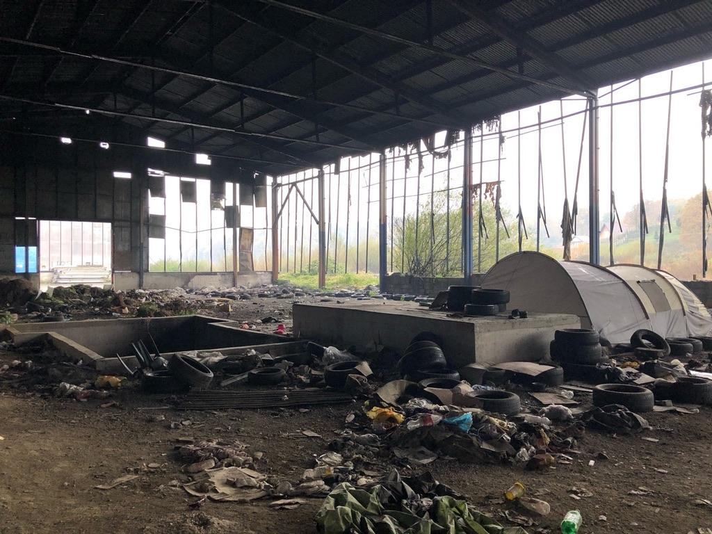 Eine Lagerhalle, in der Zelte stehen