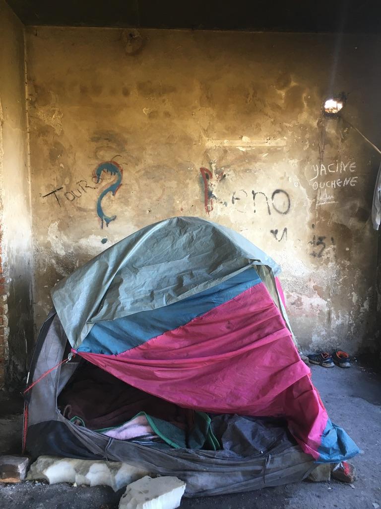 Ein Zelt in einem ärmlichen Raum